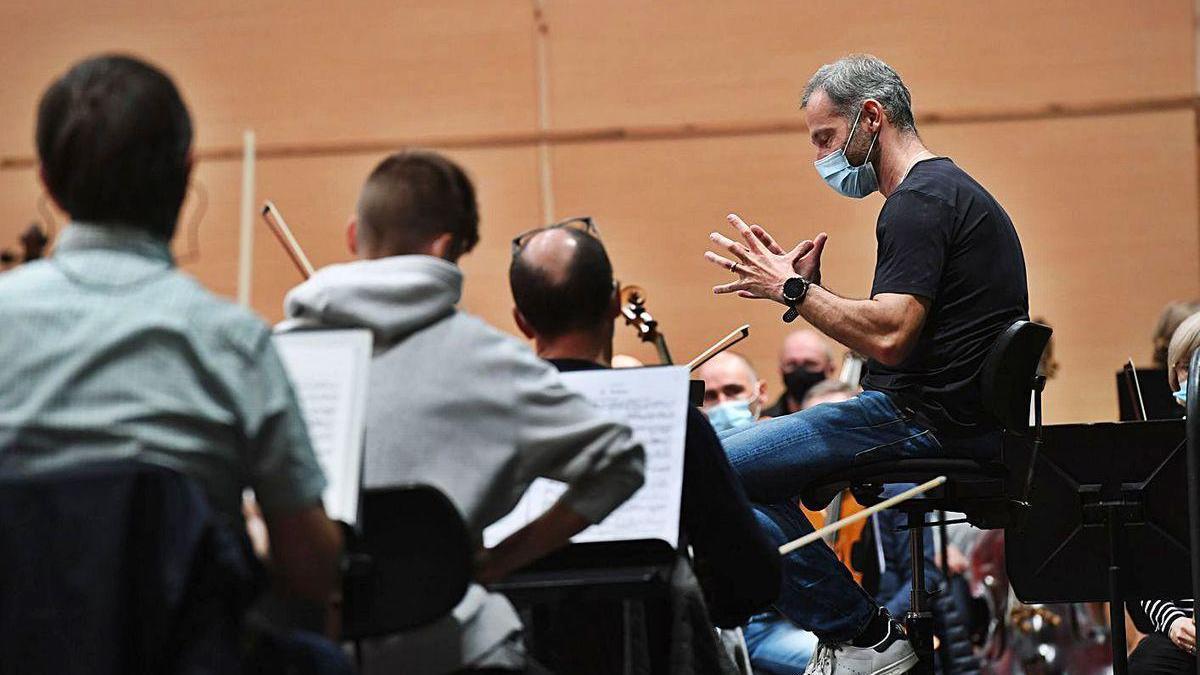 El director de la Sinfónica, Dima Slobodeniouk, ayer, en el Coliseum, durante un ensayo.