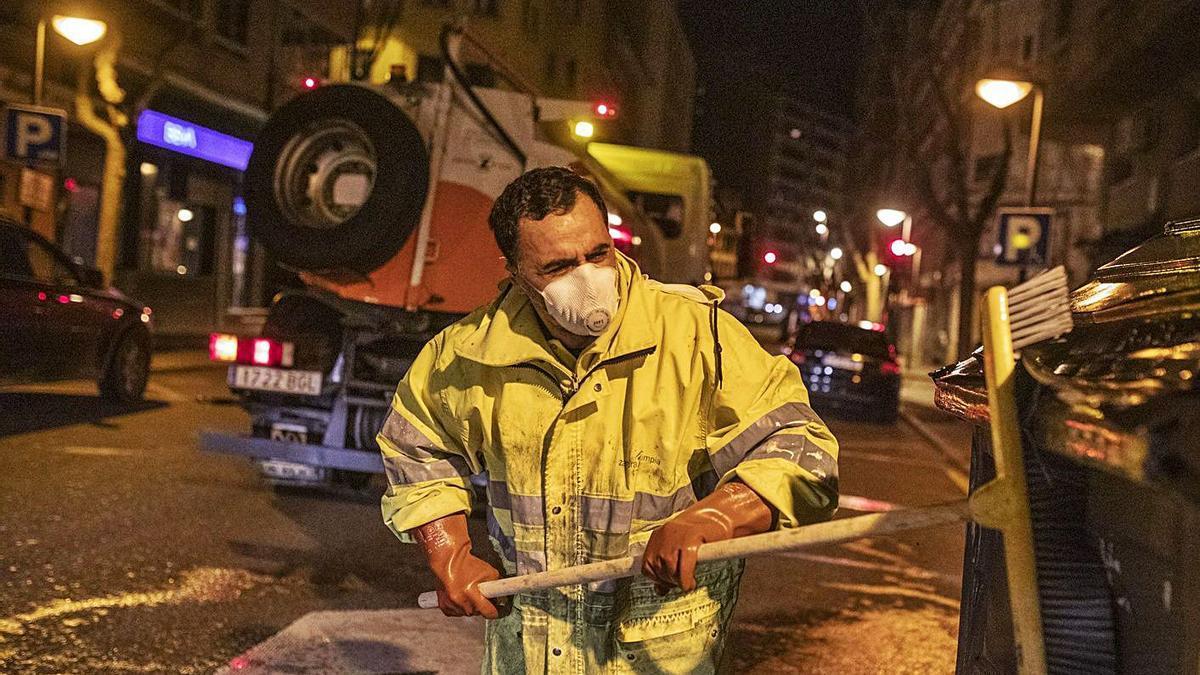 Un operario de recogida de basura y limpieza viaria de Zamora, en plena faena.   Emilio Fraile