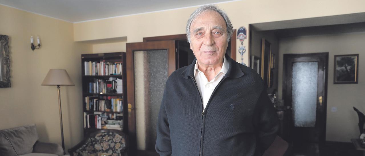 Jesús Bernal Valls, en el salón de su casa de Oviedo.