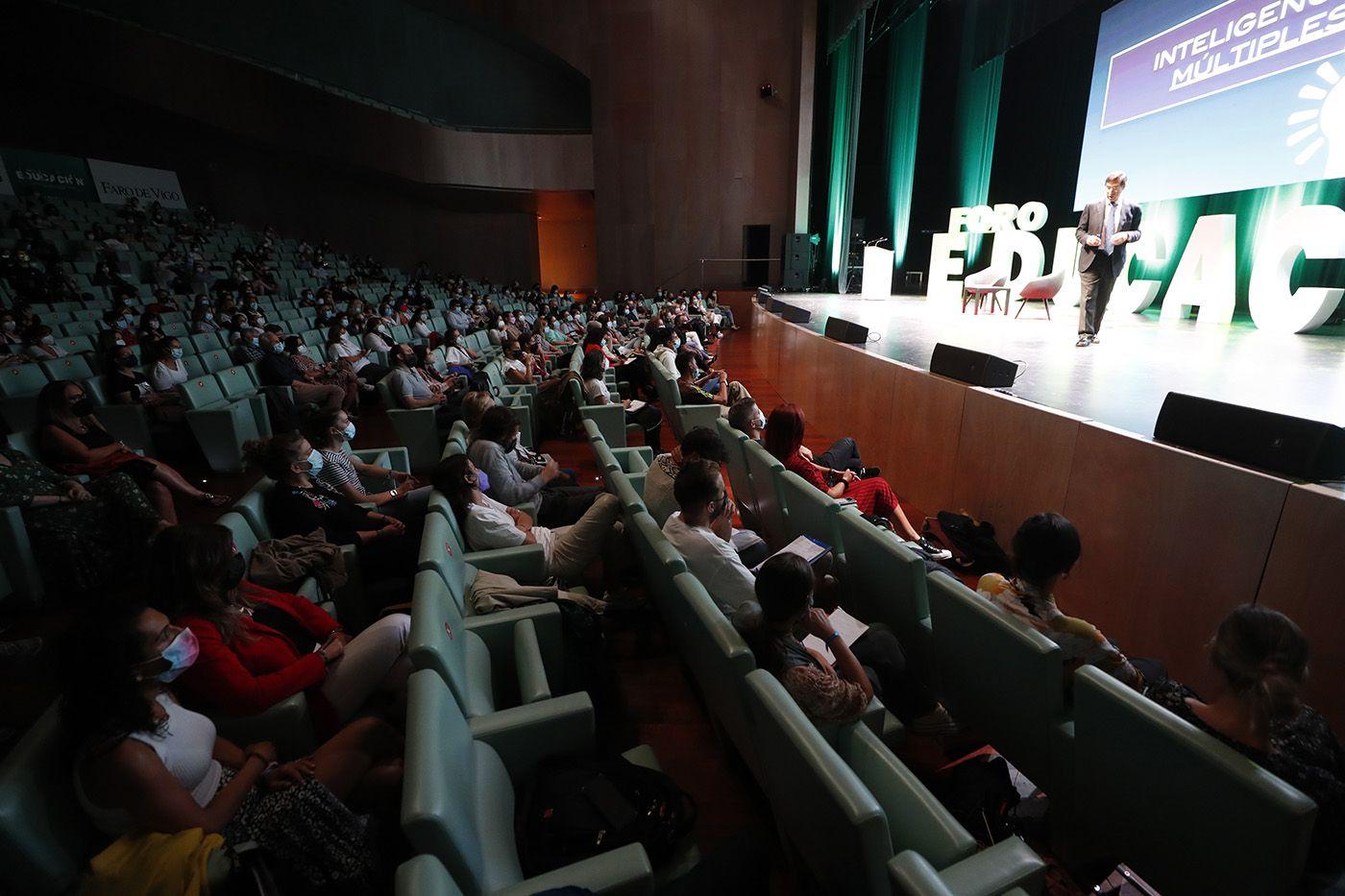El prestigioso cirujano_Mario Alonso abrió ayer el Foro de la Educación en el auditorio Mar de Vigo