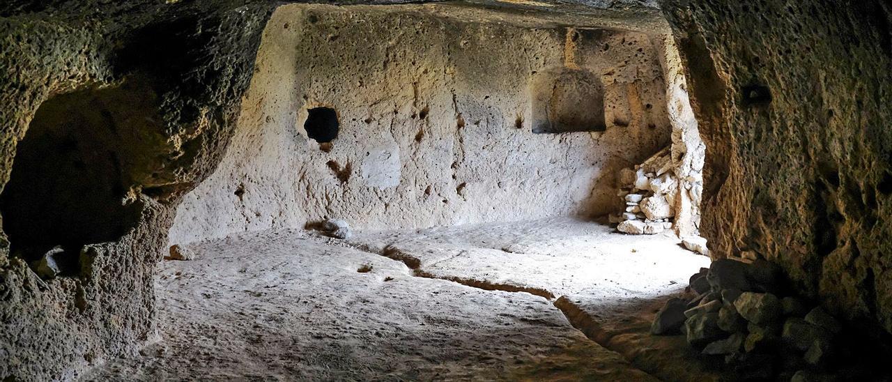 La cueva de mayores dimensiones del yacimiento arqueológico de Lomo San Gregorio.