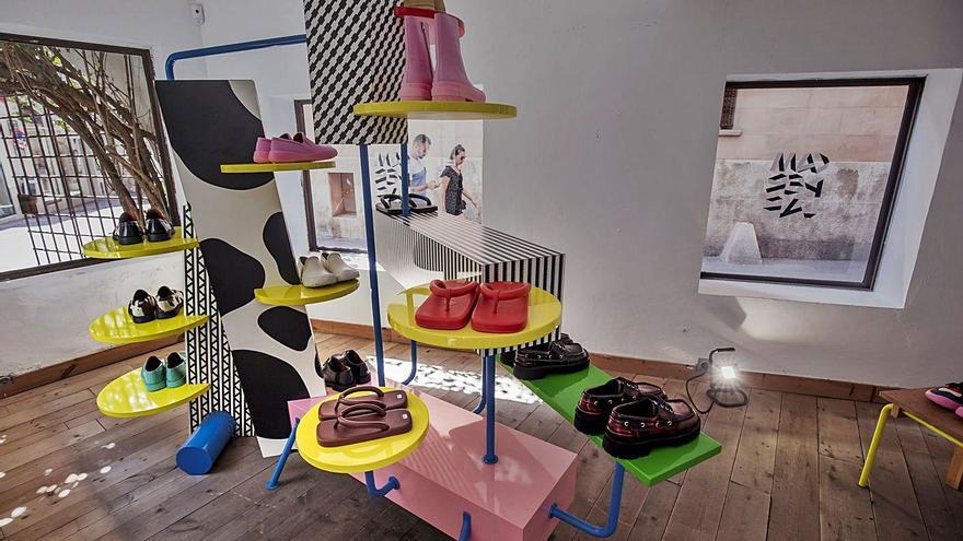 Camperlab, chancletas con calcetines y otros diseños extravagantes