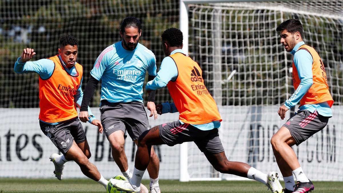 Los jugadores del Real Madrid, durante un entrenamiento previo al partido ante el Granada
