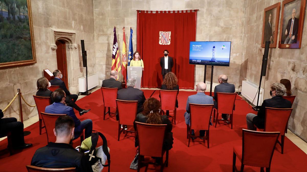 La presentación de Armengol y Negueruela del plan de reactivación turística ha sido en la capilla del Consolat de Mar