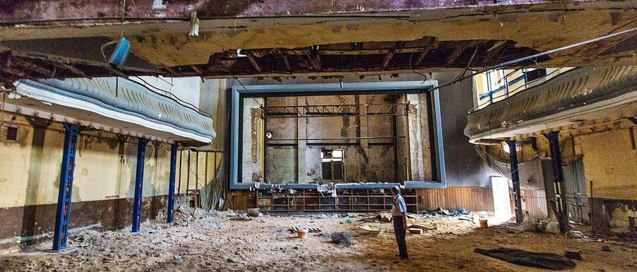 Interior del edificio que albergó el cine Ideal, situado en la avenida de la Constitución de Alicante.  | ALEX DOMÍNGUEZ