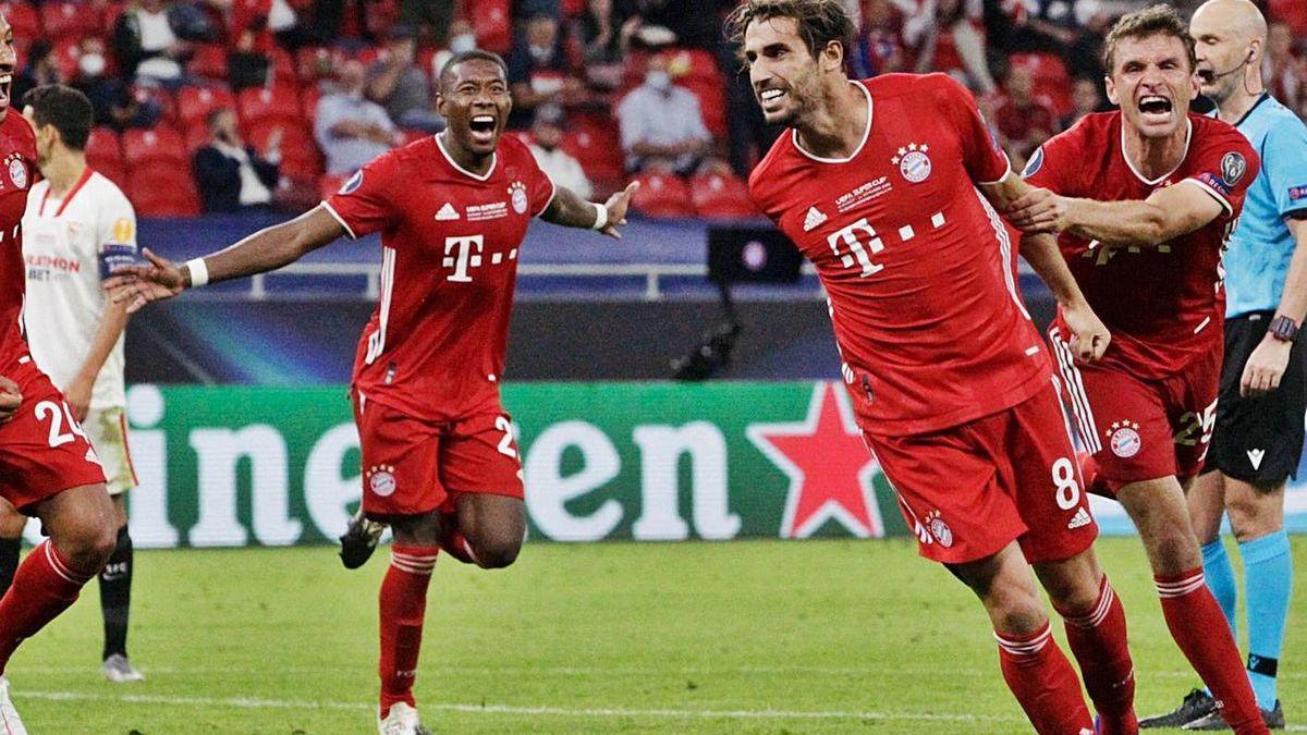 Javi Martínez, agarrado por su compañero Müller, tras marcar el gol del triunfo.