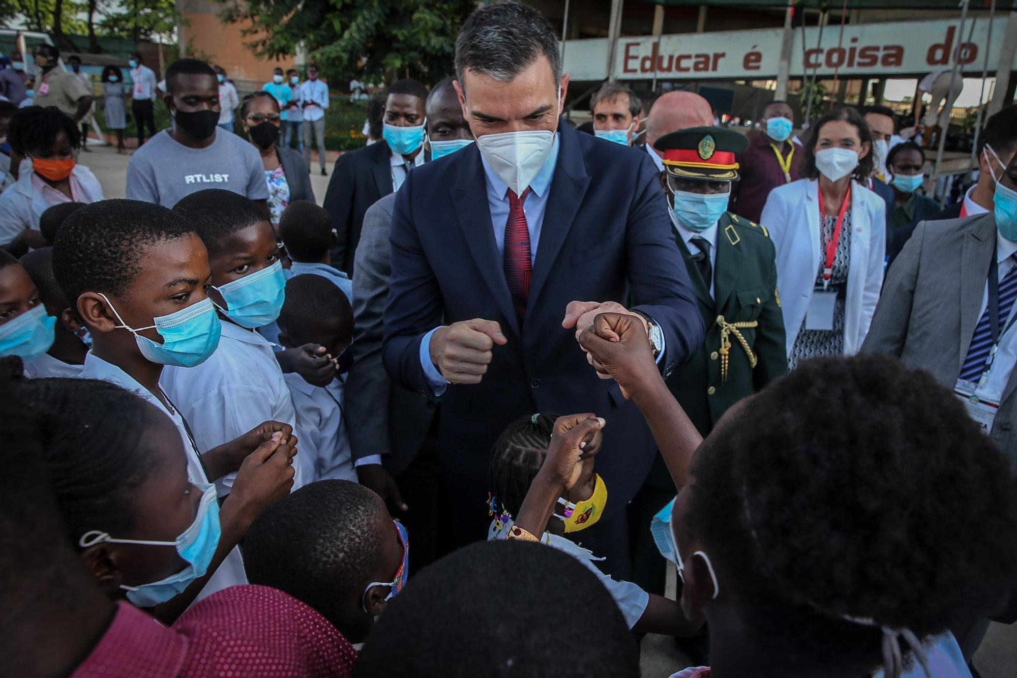 Pedro Sánchez (C), saluda a los alumnos durante una visita al Colegio Salesiano Don Bosco durante su visita oficial a Luanda. EFE