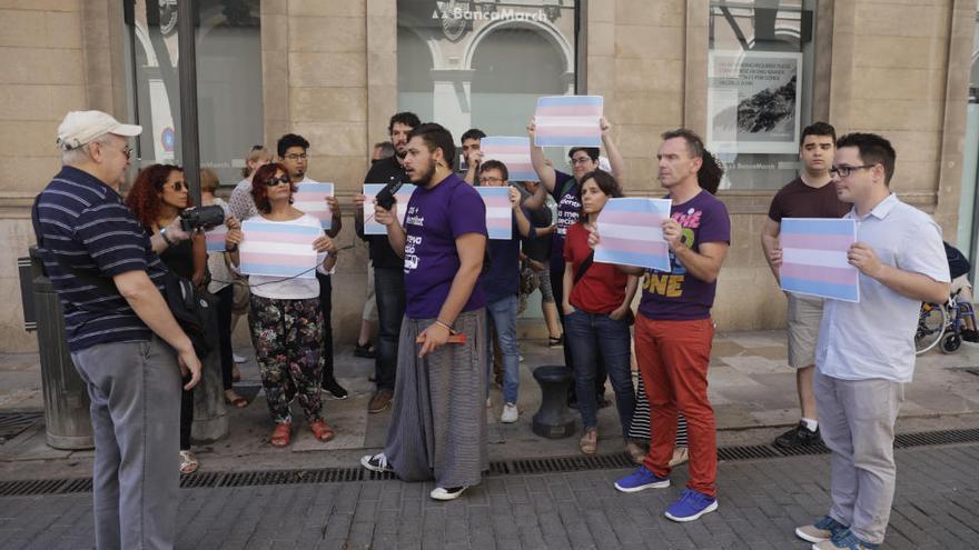 Protesta frente al Parlament contra HazteOír