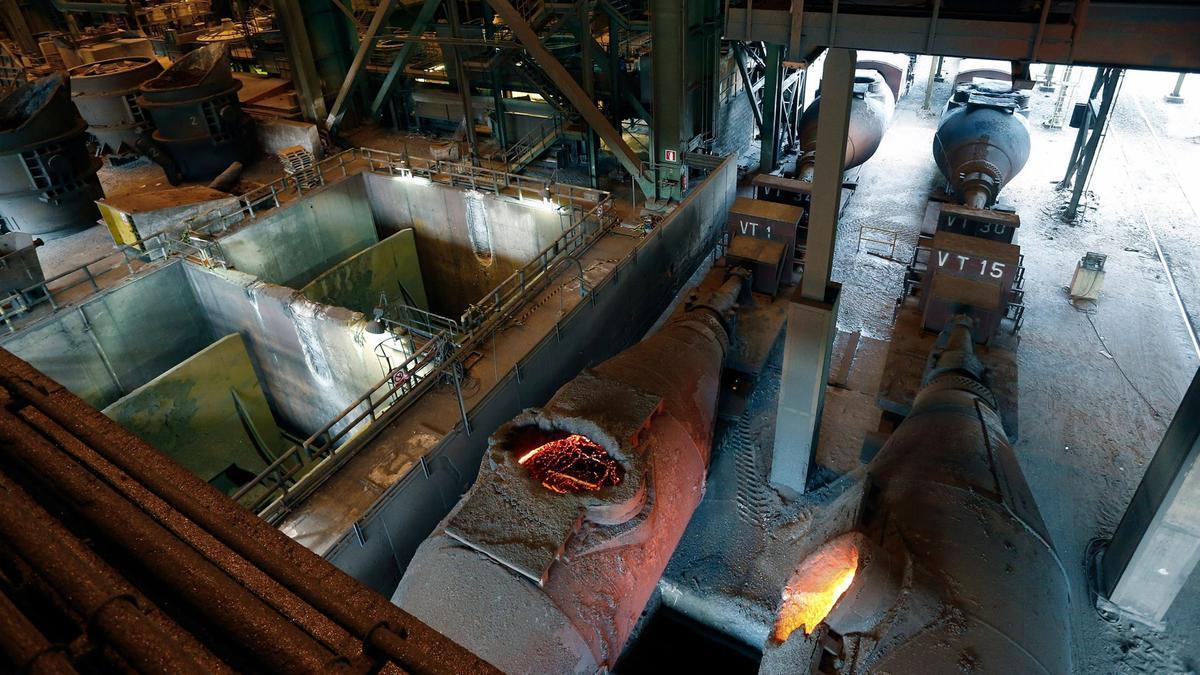 Vagones tipo torpedo como los que causaron la muerte del trabajador, en el interior de la acería de Tabaza.