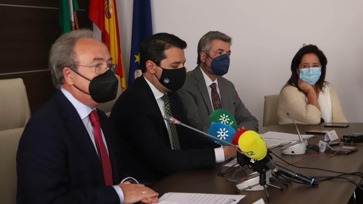 Antonio Díaz, José María Bellido, Miguel Ángel Torrico y Ana Tamayo en la presentación del Plan de Transporte Público a los Polígonos Industriales.