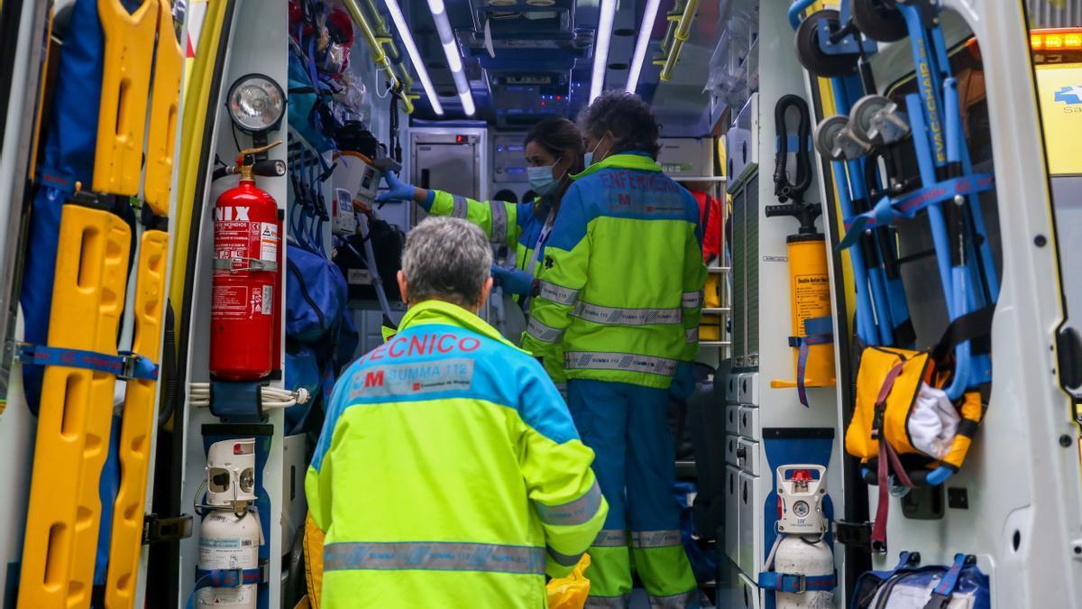 Archivo - Un grupo de sanitarios del SUMMA 112 en un día de servicio.
