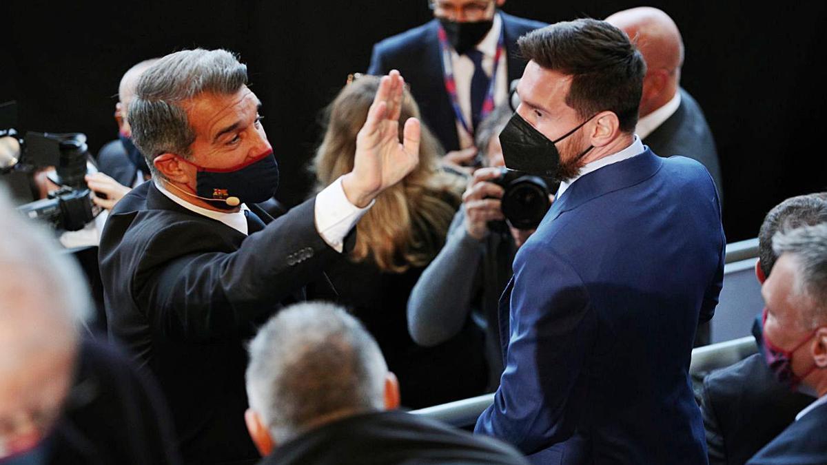 Joan Laporta y Messi, durante el acto de investidura del presidente del Barça.    EFE/ALBERT GEA