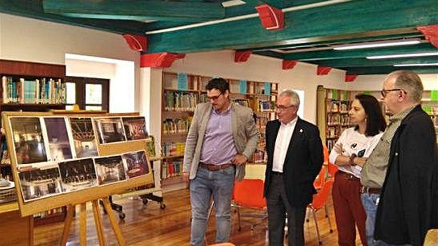 Del Bien, Navarro Talegón, Cristina Tamames y Alberto Vaquero miran las fotos sobre las obras ejecutadas.