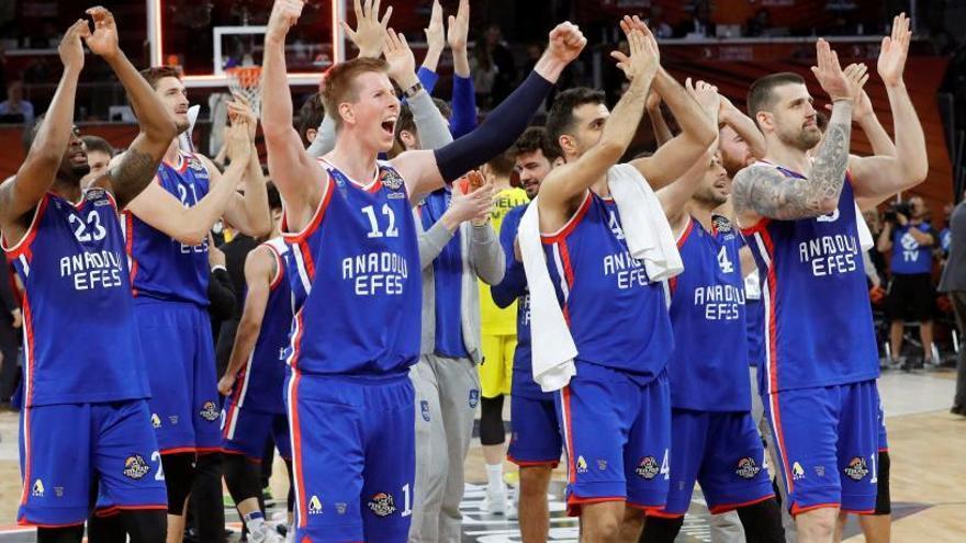 El Efes, primer finalista de la Euroliga tras ganar el derbi turco