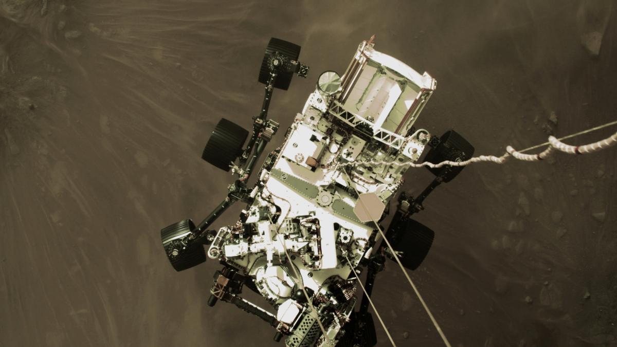 Una imagen del rover descendiendo.