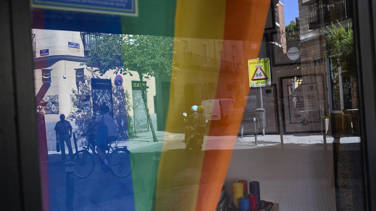 Bandera LGTBI en un escaparate del barrio de Chueca.