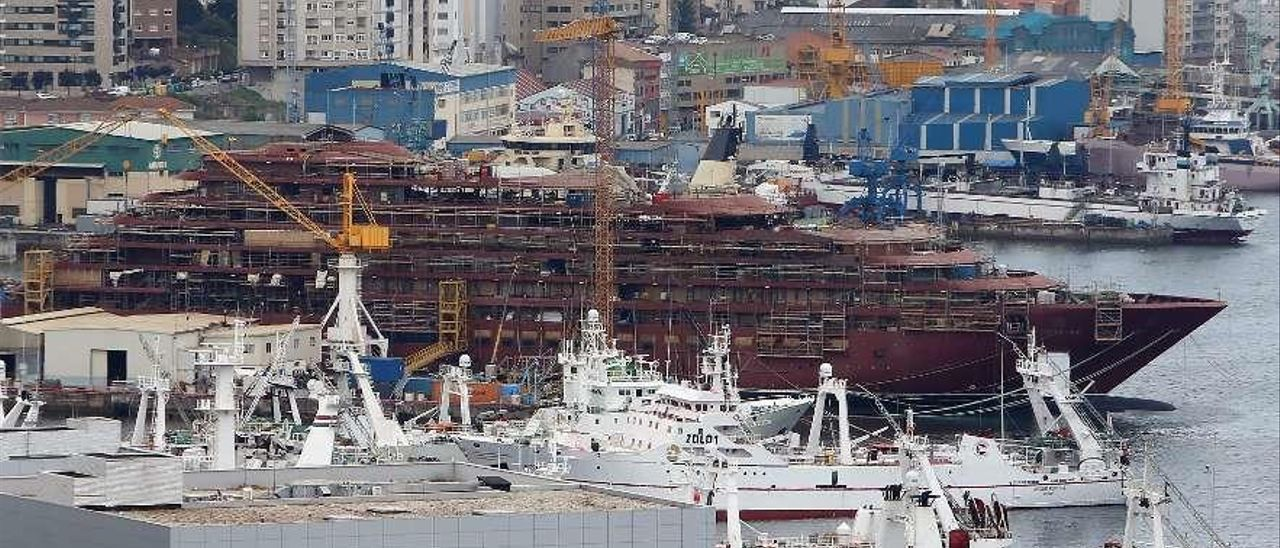 """Vista general de Beiramar, con el crucero """"Evrima"""" en el varadero de Barreras. // Marta G. Brea"""