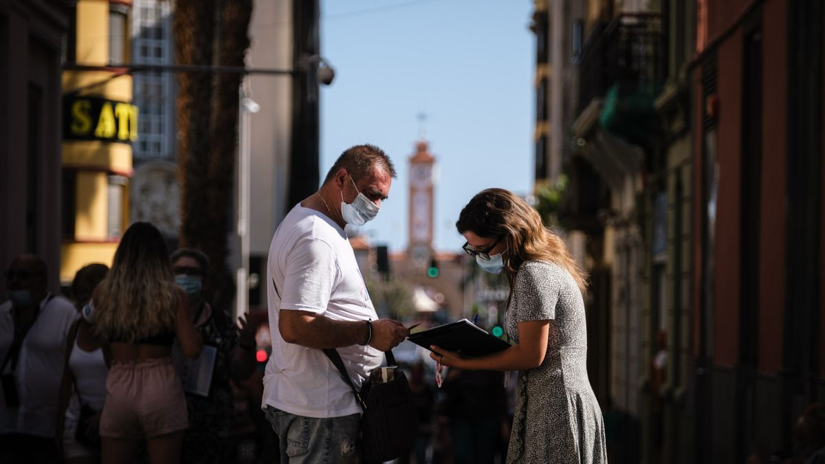 Dos personas se encuentran en el centro de Santa Cruz