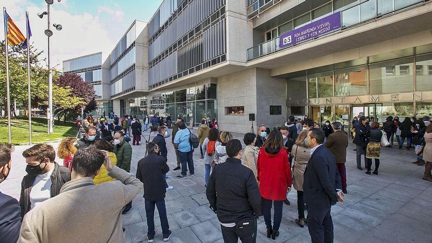 El chat de los ediles críticos de San Vicente: de los insultos a información sensible de contratación