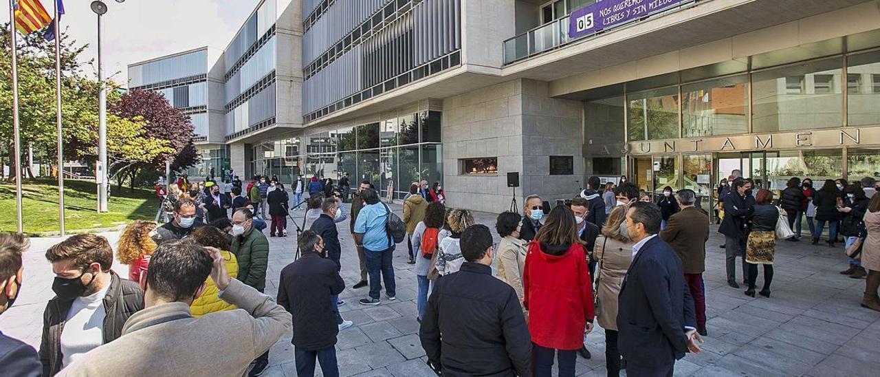 Trabajadores municipales, grupos políticos y hasta ediles socialistas afines a José Luis Lorenzo asistieron a la concentración.