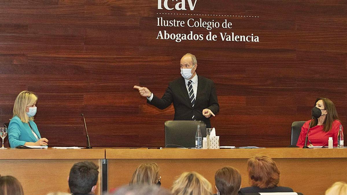 El ministro de Justicia interviene en el acto junto a la decana del ICAV y la consellera Bravo.    J. M. LÓPEZ