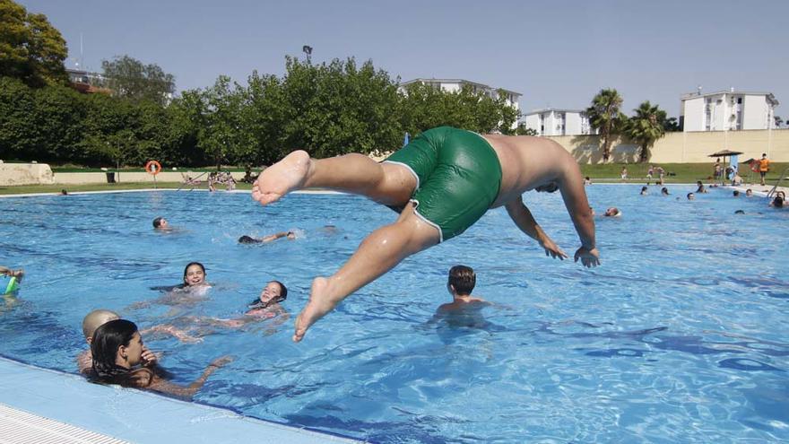 Primeros baños en las piscinas municipales