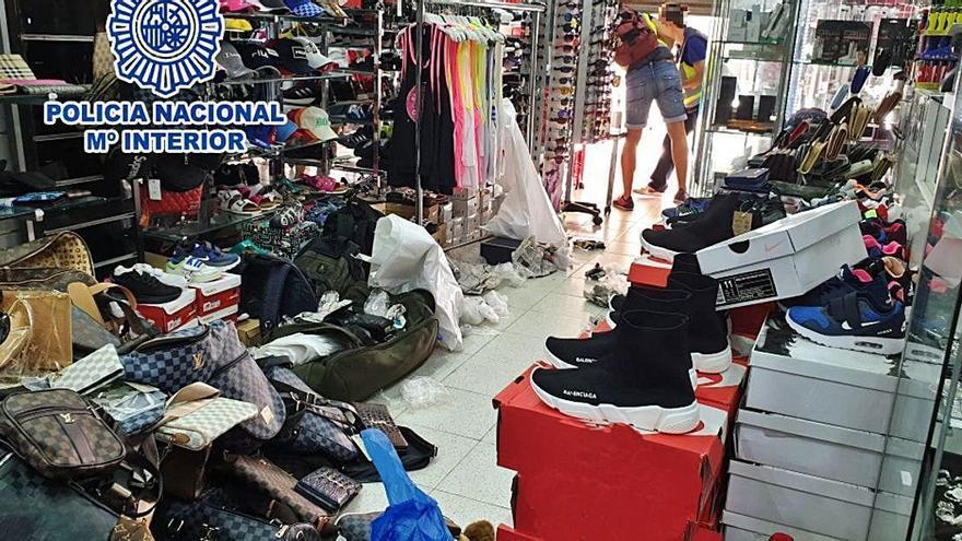 Comissen més de 1.600 productes falsificats de marques de luxe a Lloret de Mar i l'Estartit