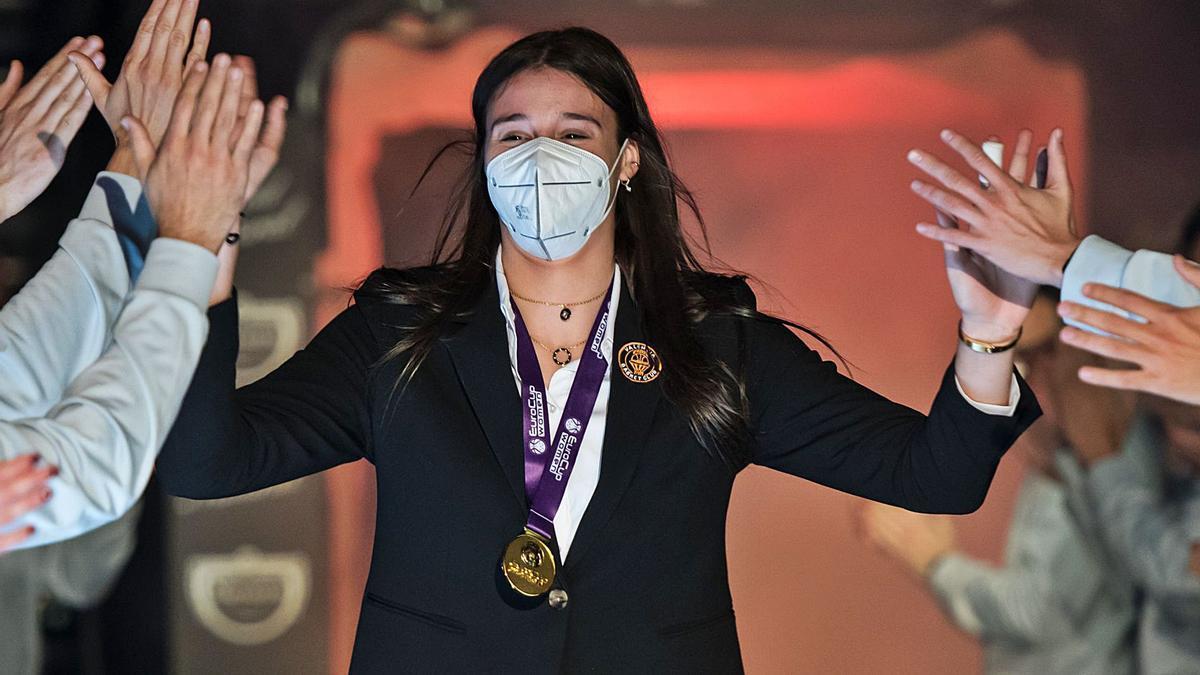 Raquel Carrera, felicitada por  sus compañeras, ayer   durante la celebración.    | // ISAAC FERRERA