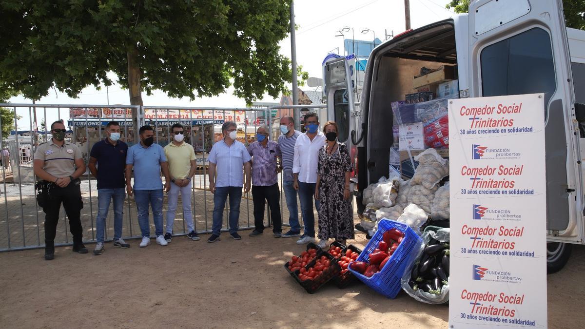 Representantes de los feriantes, de la Fundación Prolibertas y del Ayuntamiento en el acto para presentar la donación de alimentos.