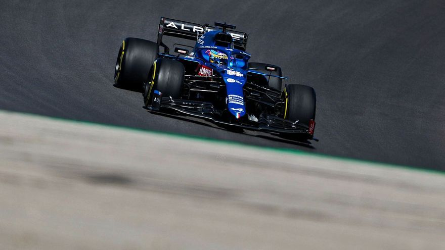 El piloto de Fórmula 1 asturiano Fernando Alonso acelera en Portimao