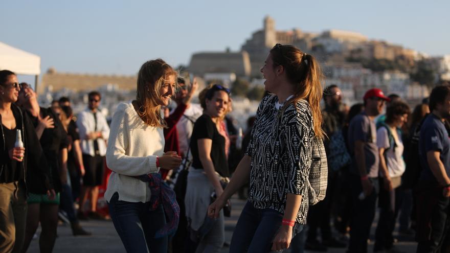 Público sentado, mascarillas y controles de temperatura en el festival de Ibiza Sueños de Libertad