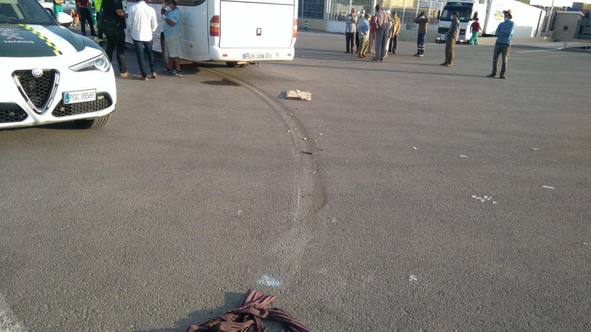 Una prenda del finado junto a las rodadas del vehículo, tras el accidente.