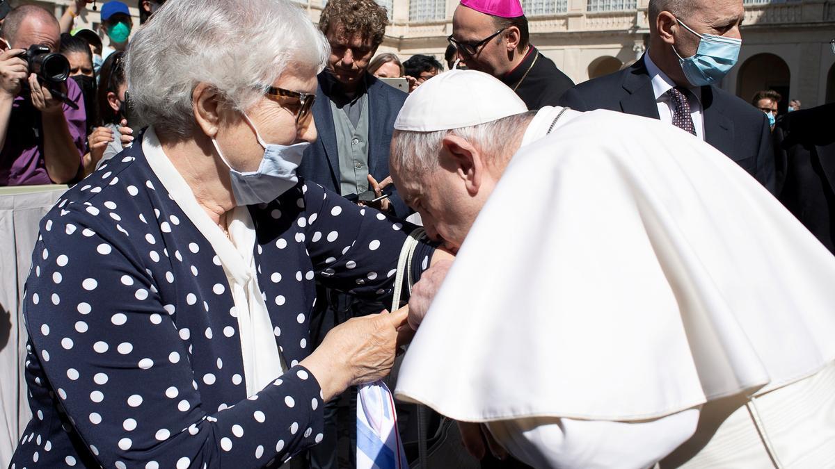 El papa Francisco besa el número tatuado de una superviviente de Auschwitz.