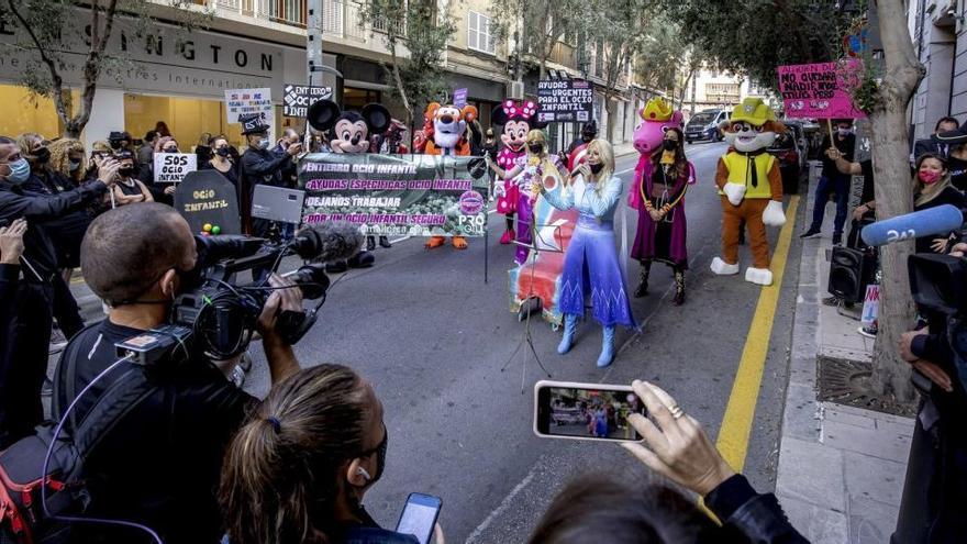 Protest-Karneval in Palma de Mallorca für Öffnung der Indoor-Spielplätze
