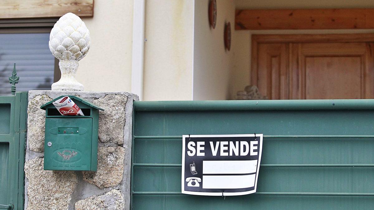 Un cartel de 'Se vende' en la verja de una vivienda.