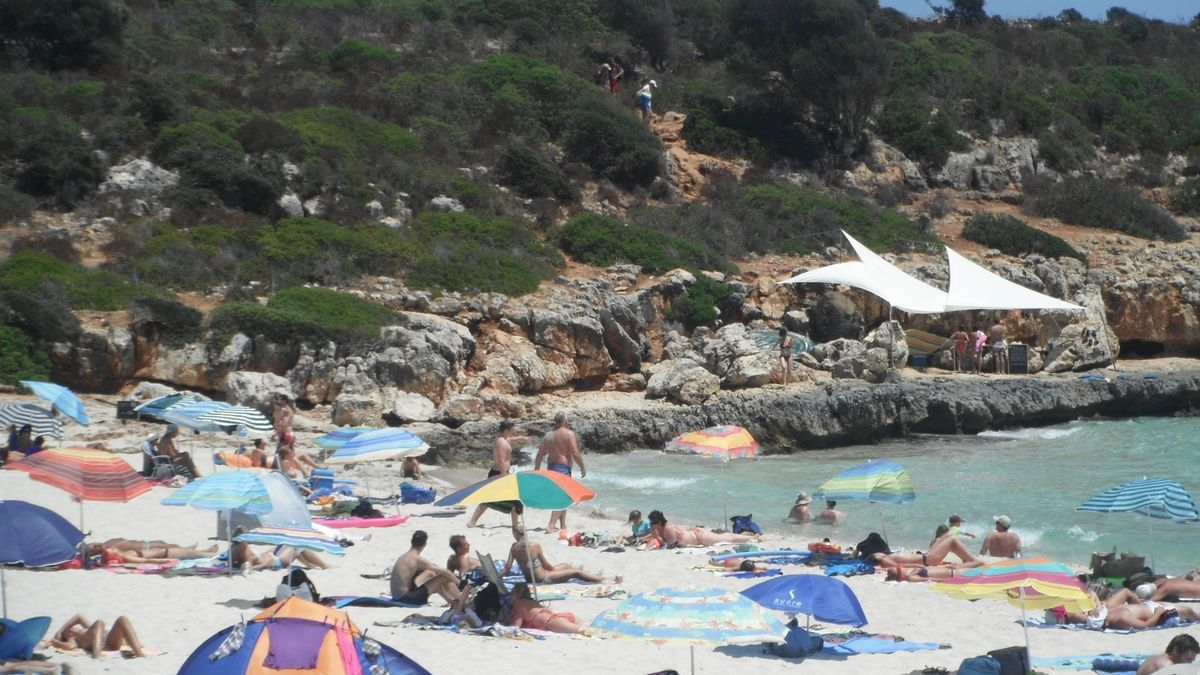 Die einst als Geheimtipp gehandelte Hippie-Bucht Cala Varques an der Ostküste Mallorcas wird seit Jahren von Menschenmassen geradezu überrannt. Mittlerweile praktiziert dort kaum mehr einer FKK.