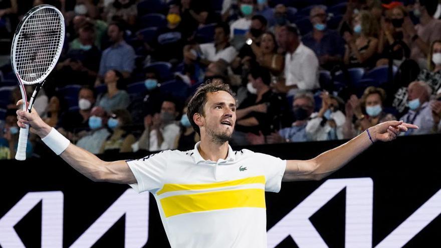 Medvedev supera a Tsitsipas y se cita con Djokovic en la final de Australia
