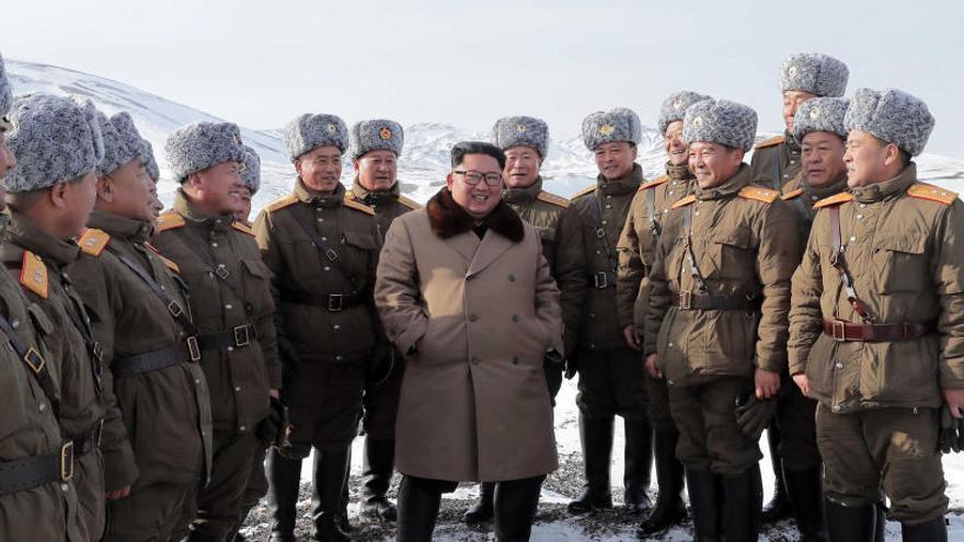 Kim Jong Un (C), dialoga con varios tenientes.