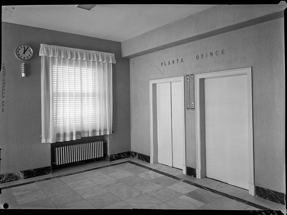 Detalle de las puertas de los ascensores en la planta quince.jpg