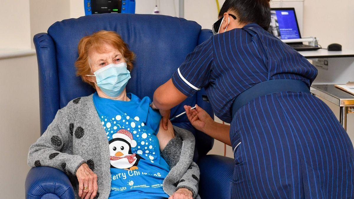 La primera vacunada del Reino Unido recibe la segunda dosis