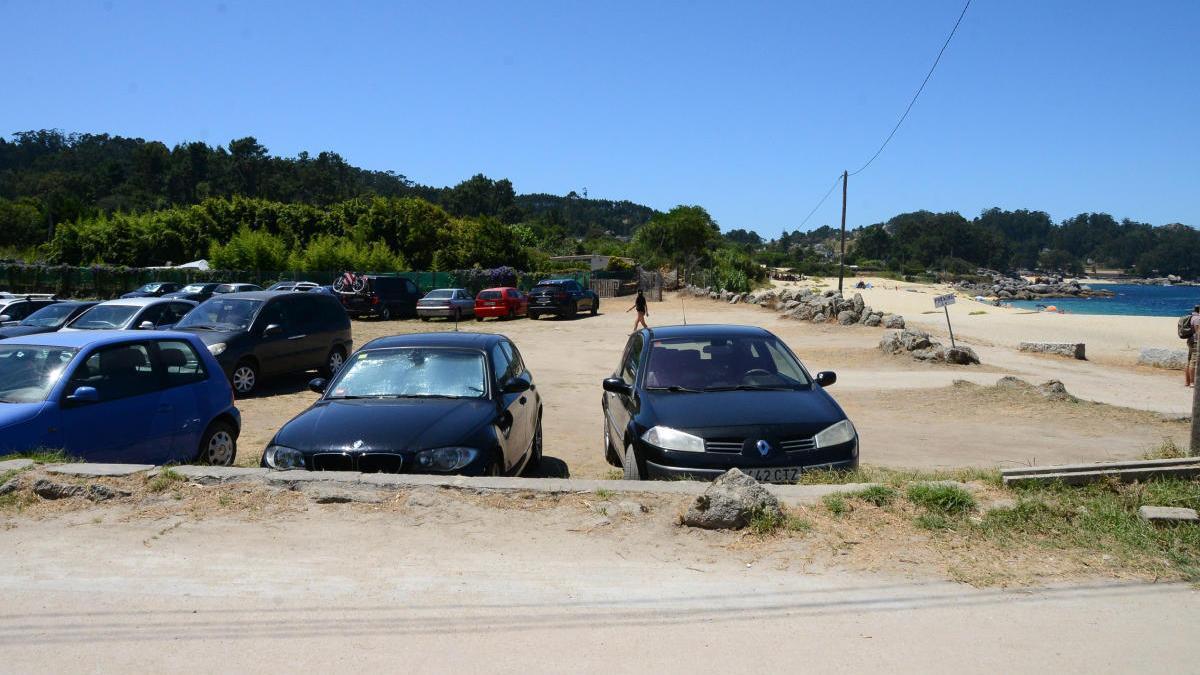 Vehículos estacionados en la explanada de Tulla ayer viernes. // G.Núñez