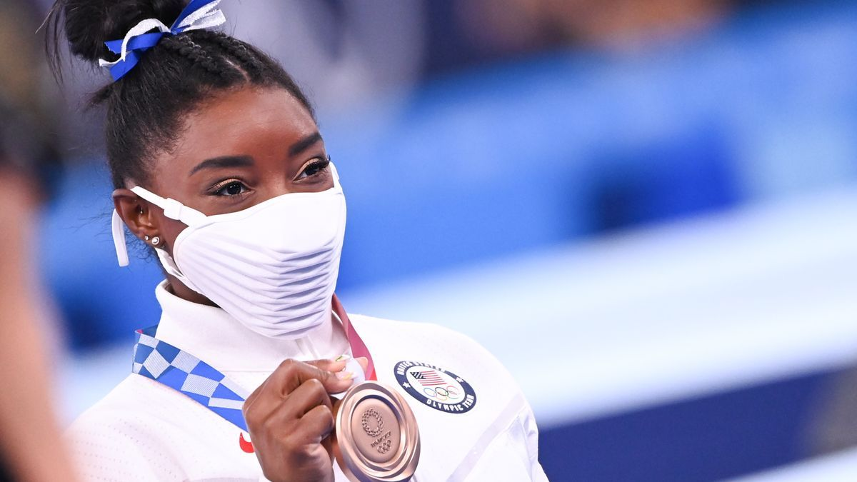 Simone Biles luciendo la medalla de bronce.
