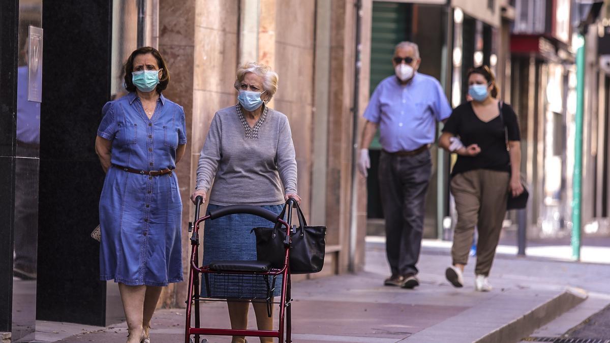 Vecinos de Elche pasean protegidos con mascarillas