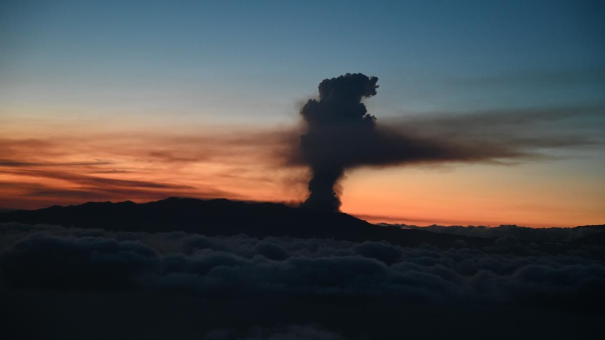 Columna de humo procedente de la erupción del volcán de La Palma.