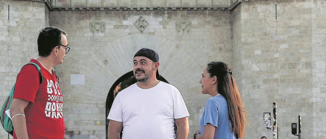 Raúl, Óscar y Susana, la semana pasada en la explanada del Pont de Serranos.