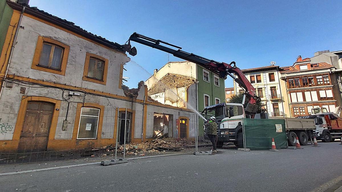 Las obras de derribo de los dos edificios de la calle Constitución de Sama. | E. P.
