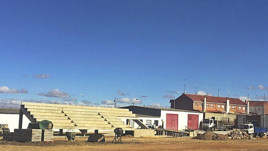 Las gradas de las pistas de atletismo de Benavente, en fase de instalación en La Rosaleda
