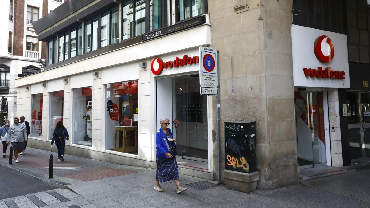 La tienda propia de Vodafone situada en el paseo Independencia que la compañía prevé cerrar.