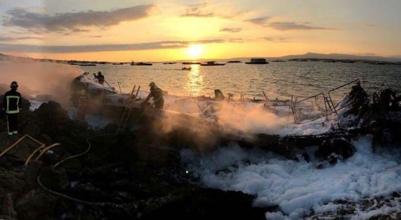 Incendio de un catamarán en Arousa
