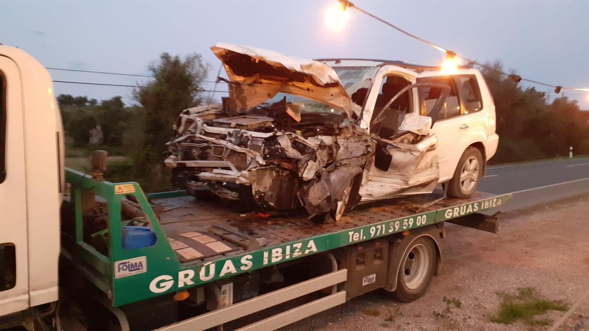 La parte delantera del todoterreno quedó completamente destrozada por el impacto contra el camión de gran tonelaje.